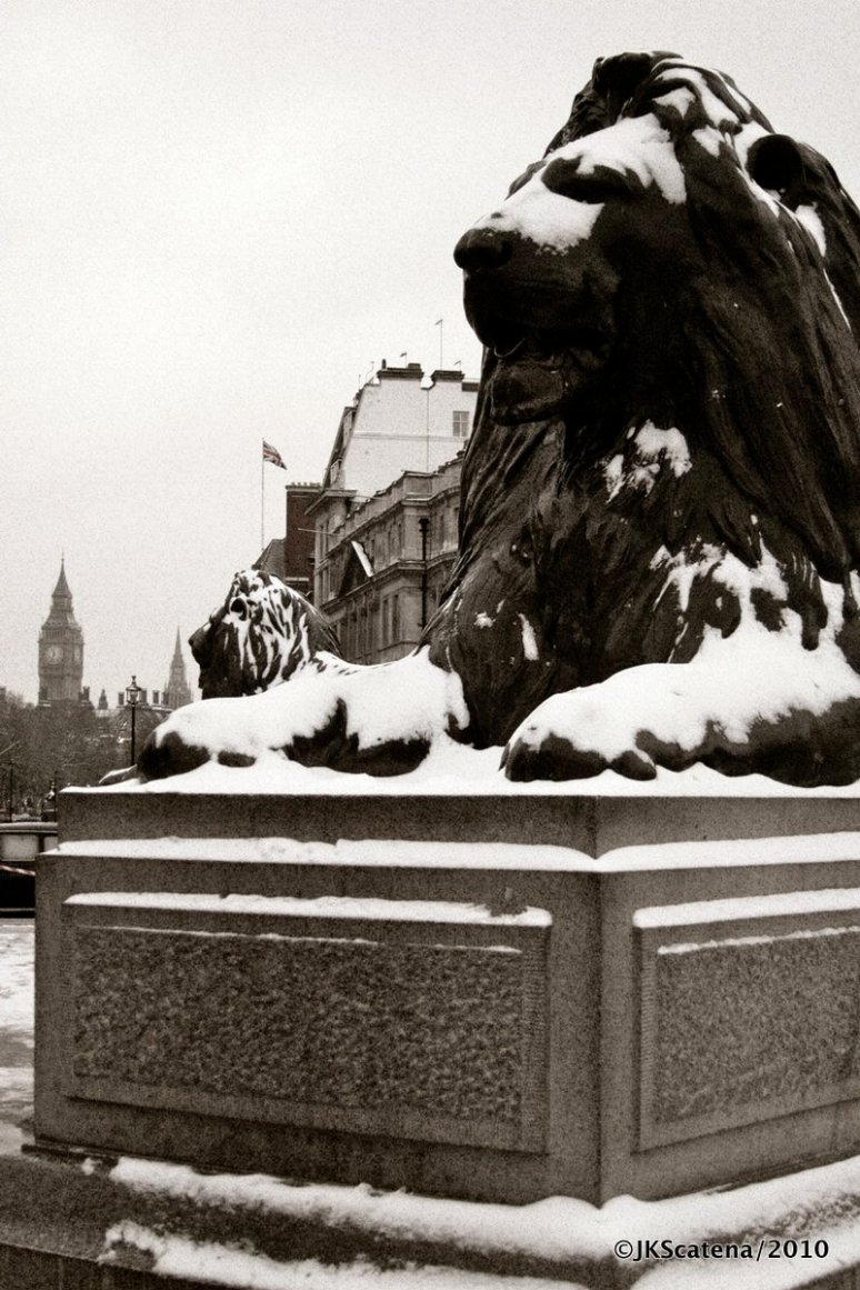 London: Trafalgar Square, snow